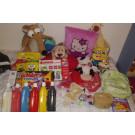 Peluches, ropa de muñecas, cuento, joyero, juegos, mochila y témperas